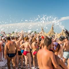 Festa della schiuma in spiaggia